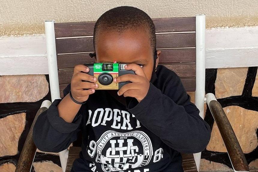アフリカの子供たちの撮影写真を著名アーティストが作品化!高松展開催